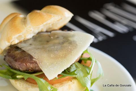 mini hamburguesa con manchego y rúcula